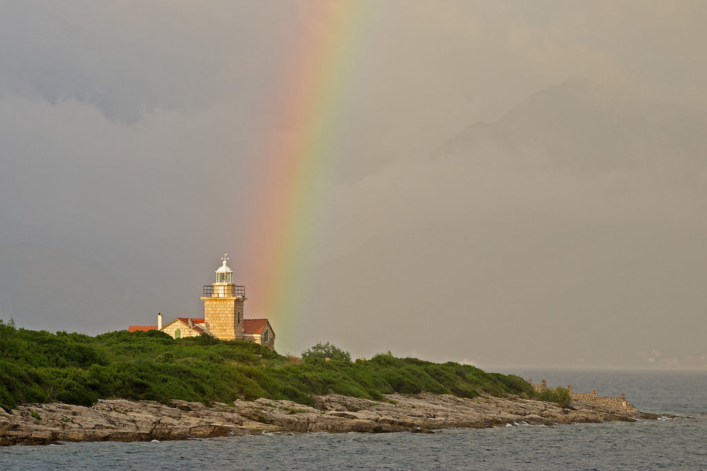 Leuchtturm mit Regenbogen